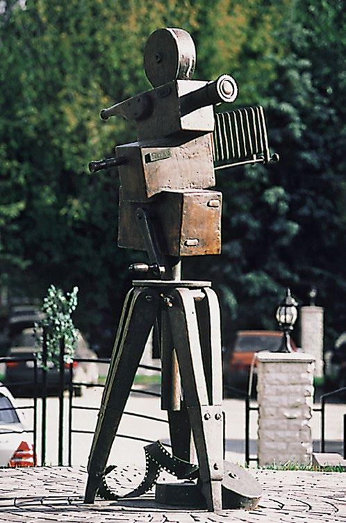 Памятник кинокамере изготовлен из бронзы на скульптурном предприятии «Лит Арт». Установлен в 2001 году в Москве на Аллее звезд.