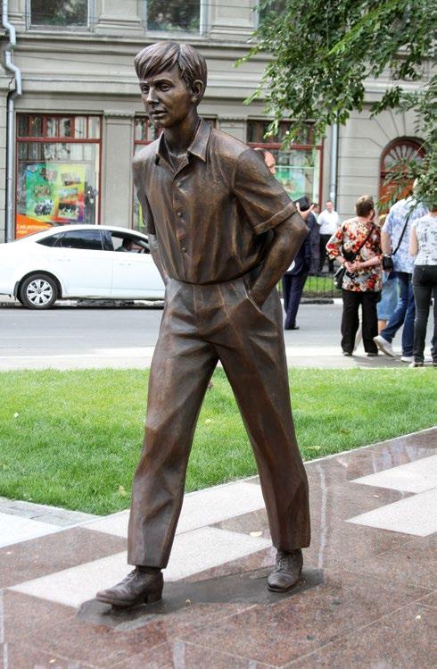 Памятник актеру и режиссеру Олегу Табакову в Саратове