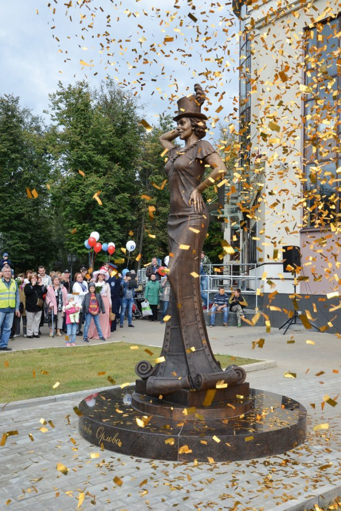 Памятник актрисе Любови Орловой изготовлен из бронзы на скульптурном предприятии «Лит Арт». Установлен в Звенигороде в 2016 году.