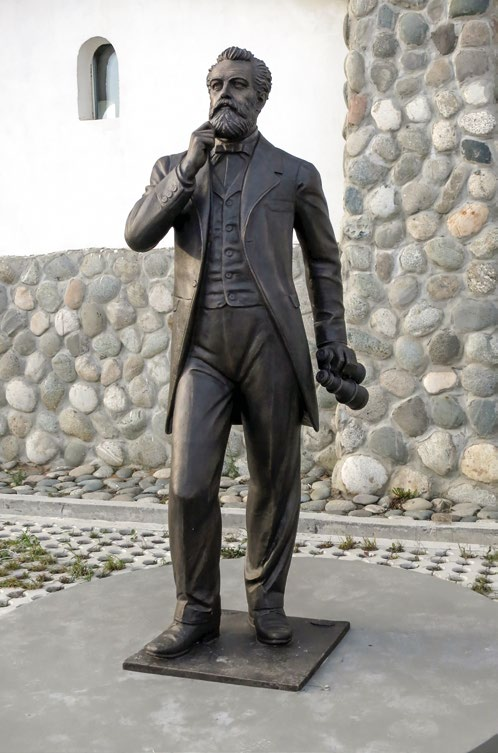 Памятник Жюлю Верну в деревне Петрово, культурный центр «Этномир»