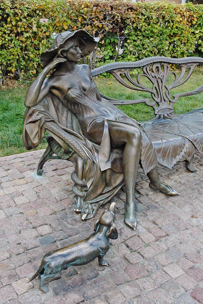 Памятник незнакомке изготовлен из бронзы на скульптурном предприятии «Лит Арт». Установлен в городе Раменское Московской области в 2004 году.