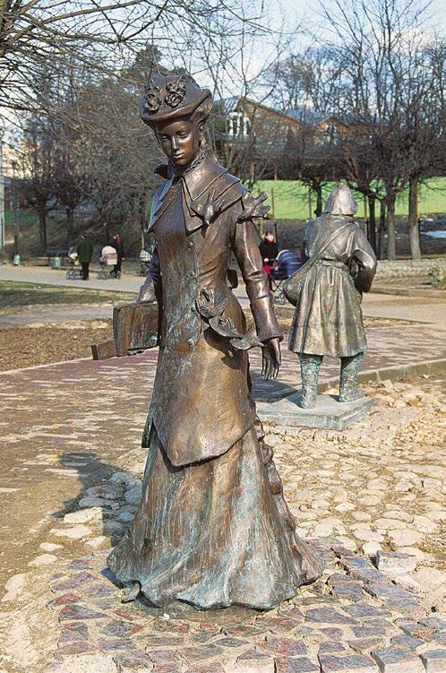Памятник горожанам в Дмитрове, молодая учительница с книжкой