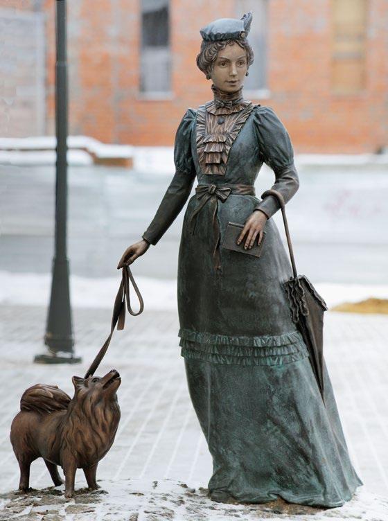 Памятник даме с собачкой изготовлен из бронзы на скульптурном предприятии «Лит Арт». Установлен в Серпухове в 2018 году.