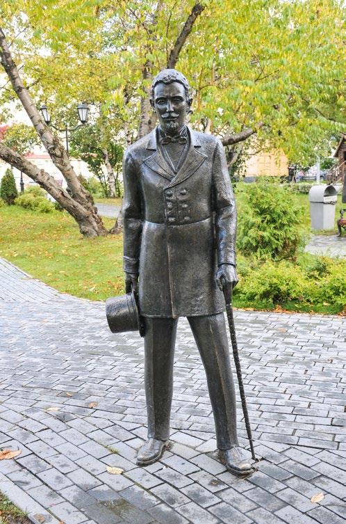 Скульптура «Встреча с незнакомкой» в Южно-Сахалинске