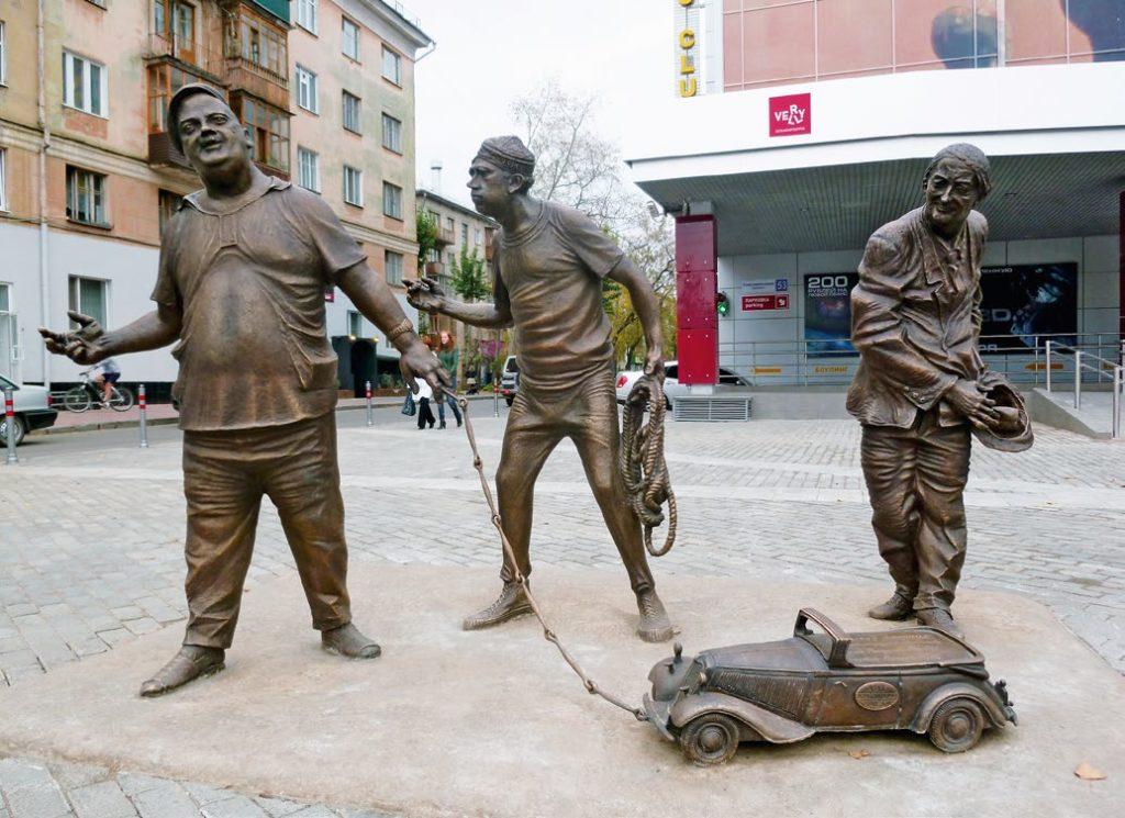 Памятник Трусу, Балбесу и Бывалому изготовлен из бронзы на скульптурном предприятии «Лит Арт». Установлен в Перми в 2010 году.