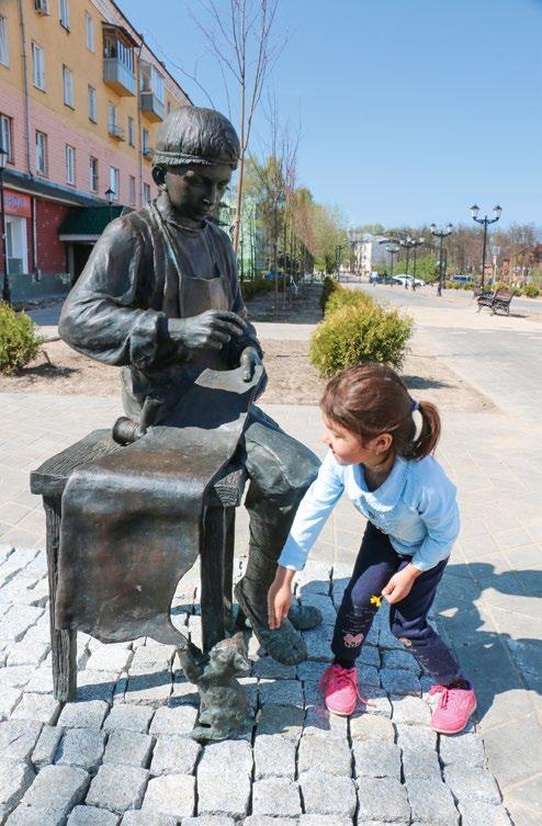 Скульптура «Мальчик-портной» изготовлена из бронзы на скульптурном предприятии «Лит Арт». Установлена в Лосино-Петровском Московской области.