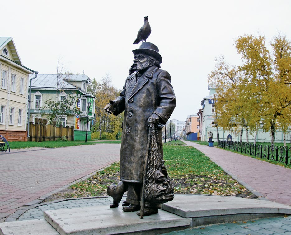 Памятник писателю Степану Писахову в Архангельске