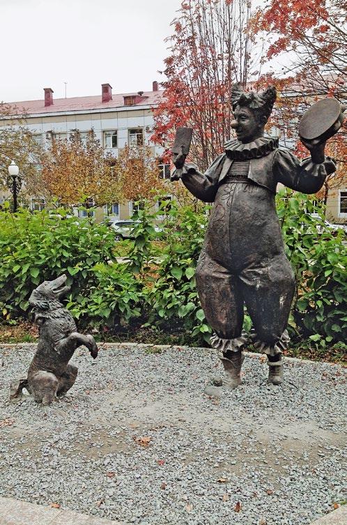 Скульптура «Каштанка и клоун» в Южно-Сахалинске