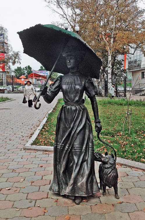 Скульптура «Дама с собачкой» изготовлена из бронзы на скульптурном предприятии «Лит Арт». Установлена в Южно-Сахалинске в 2013 году.