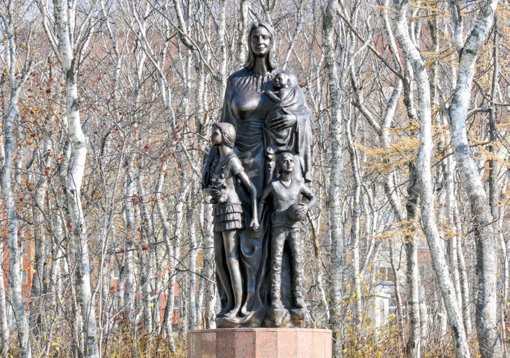 Памятник матери изготовлен из бронзы на скульптурном предприятии «Лит Арт». Установлен в Южно-Сахалинске в 2017 году.