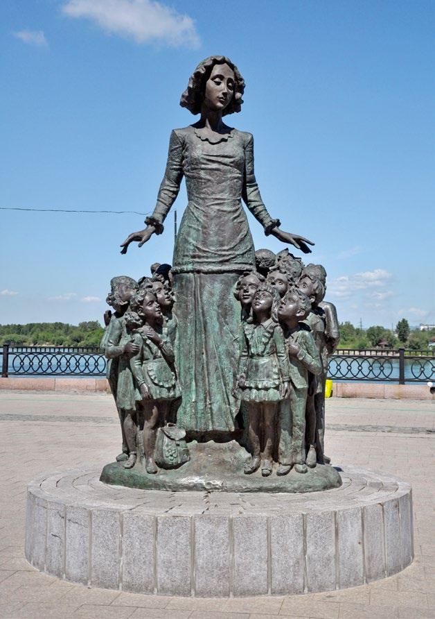 Памятник первой учительнице в Иркутске