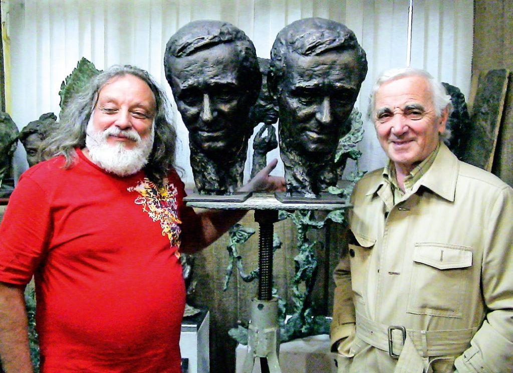 Бюст композитора Шарля Азнавура установлен в Париже в 1964 году. Реконструкция проводилась на скульптурном предприятии «Лит Арт» в 2019 году.