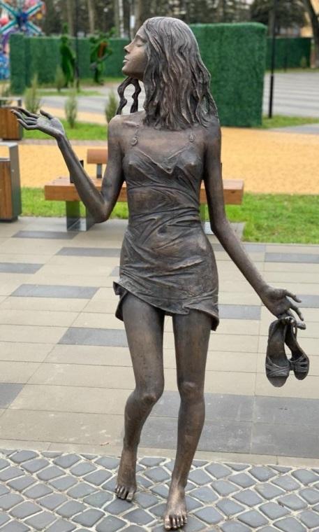 """Скульптура """"Девушка и дождь"""" изготовлена из бронзы на предприятии """"Лит Арт"""" и установлена  в 2020 году в Великих Луках"""