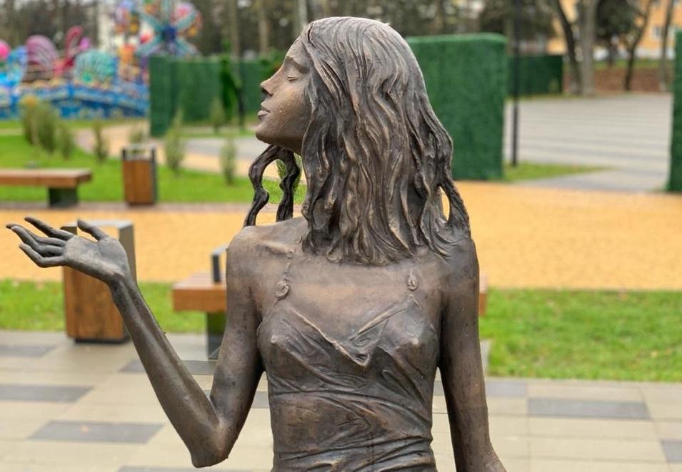 Скульптура «Девушка и дождь» | Портфолио