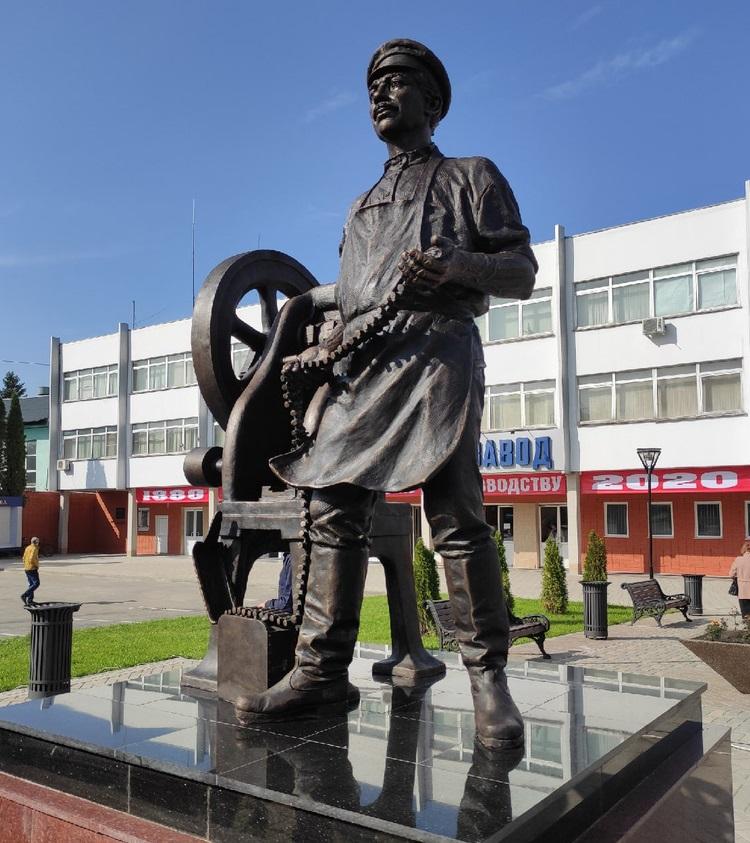 Скульптура «Рабочий за станком» в Туле