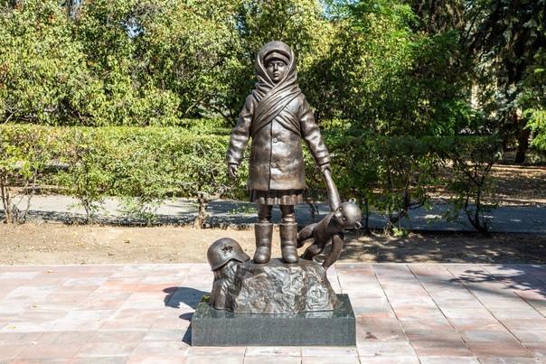 """Памятник детям войны изготовлен из бронзы на предприятии """"Лит Арт"""" и установлен  в 2020 году. в Волгограде"""
