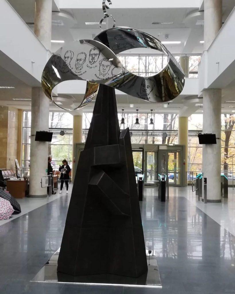 Инсталляция «Связь времен» изготовлена из бронзы на скульптурном предприятии «Лит Арт». Полномасштабный макет Ленты Мебиуса установлен в МГУ.