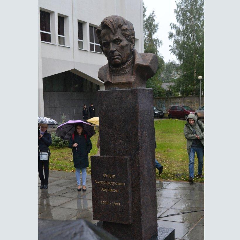 Бюст писателя Федора Абрамова изготовлен из бронзы на скульптурном предприятии «Лит Арт». Установлен в Архангельске в 2019 году.