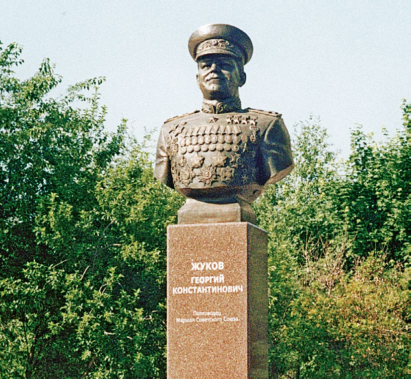 Бюст Героя Советского Союза маршала Георгия Жукова в Тольятти