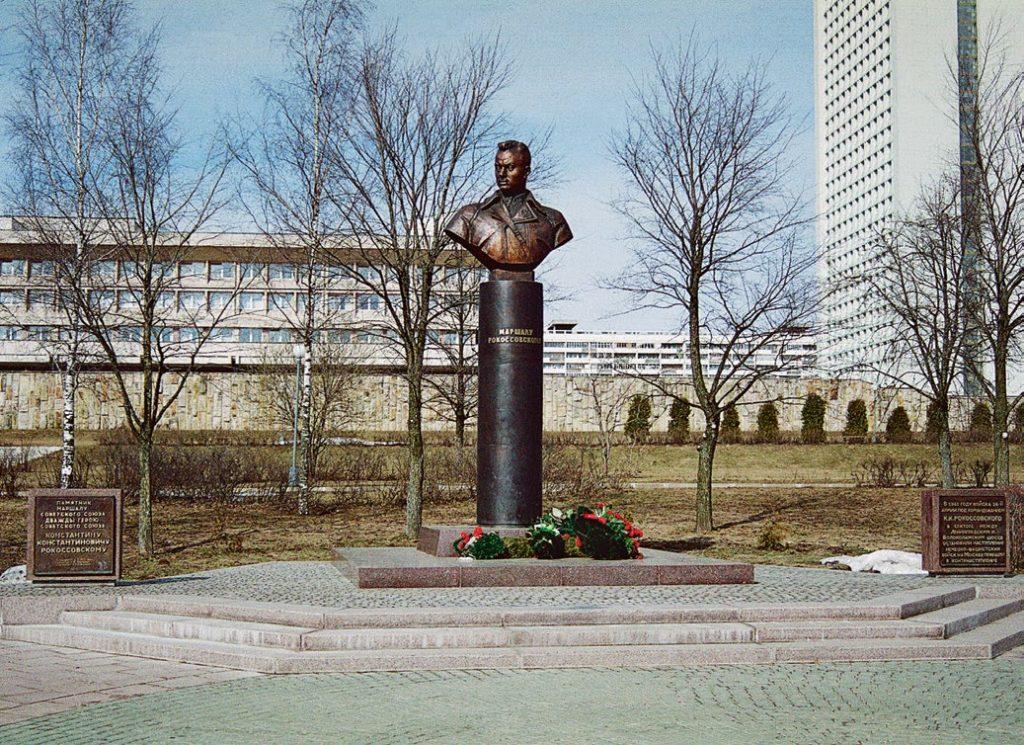 Бюст маршала Константина Рокоссовского изготовлен из бронзы на скульптурном предприятии «Лит Арт». Установлен в Зеленограде в 2003 году.