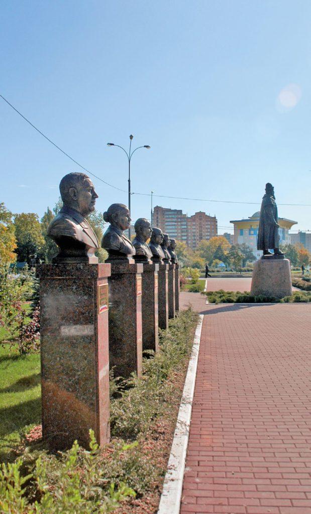 Бюсты на аллее Почетных граждан изготовлены из бронзы на скульптурном предприятии «Лит Арт». Установлены в Одинцово Московской области в 2007 году.