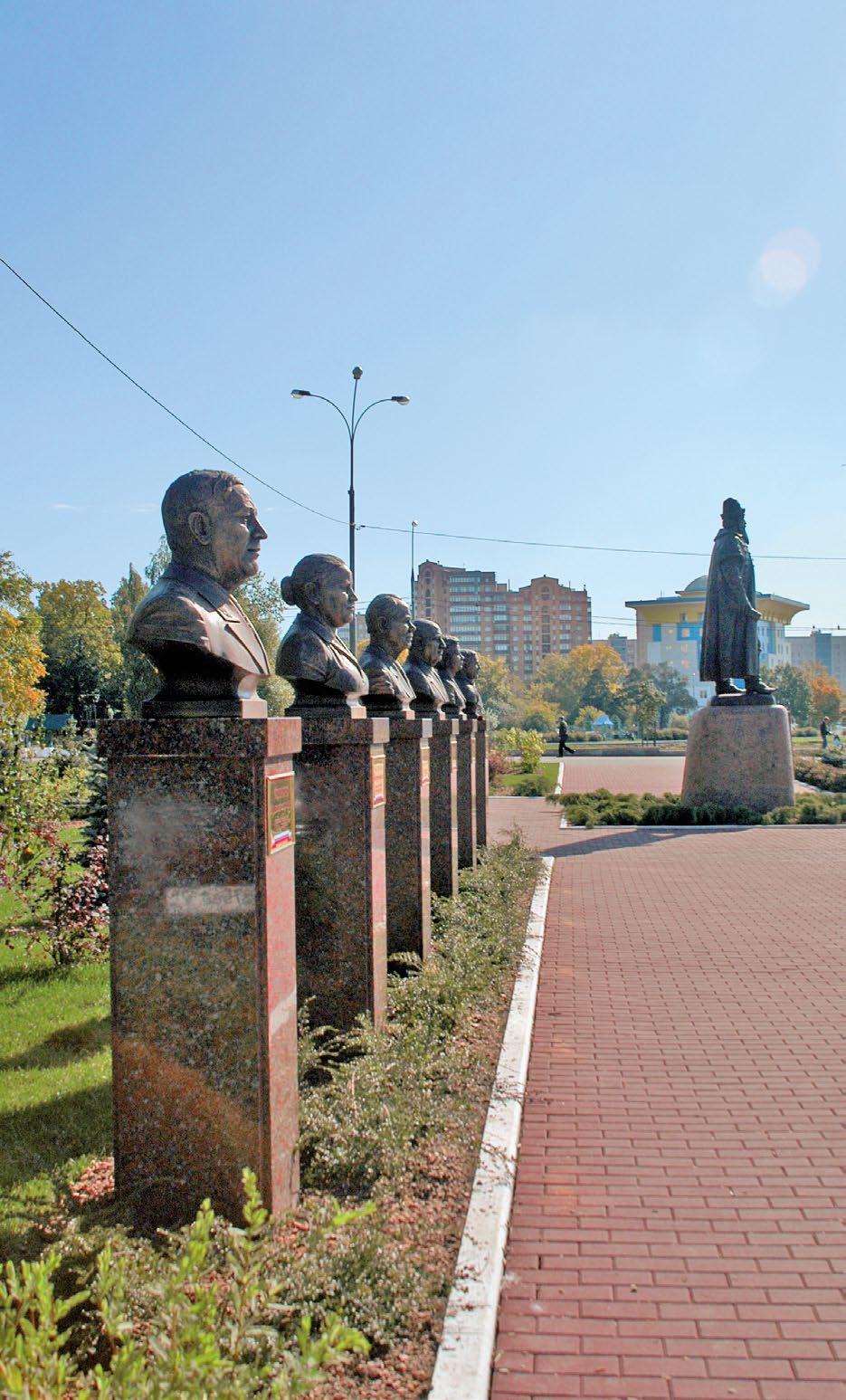 Бюсты на аллее Почетных граждан в Одинцово Московской области