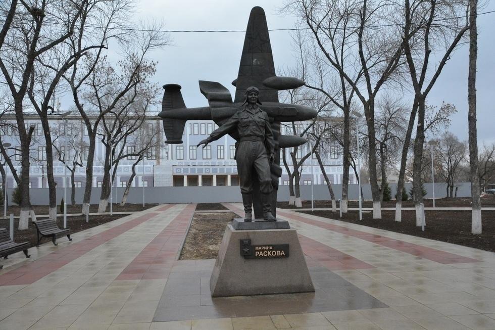 Памятник Герою Советского Союза Марии Расковой в Энгельсе