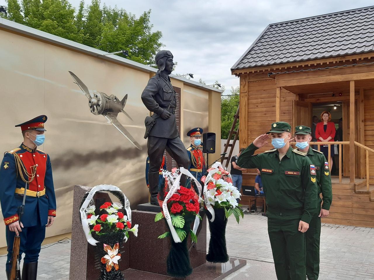 Памятник Герою Советского Союза Виктору Талалихину в селе Тепловка Саратовской области