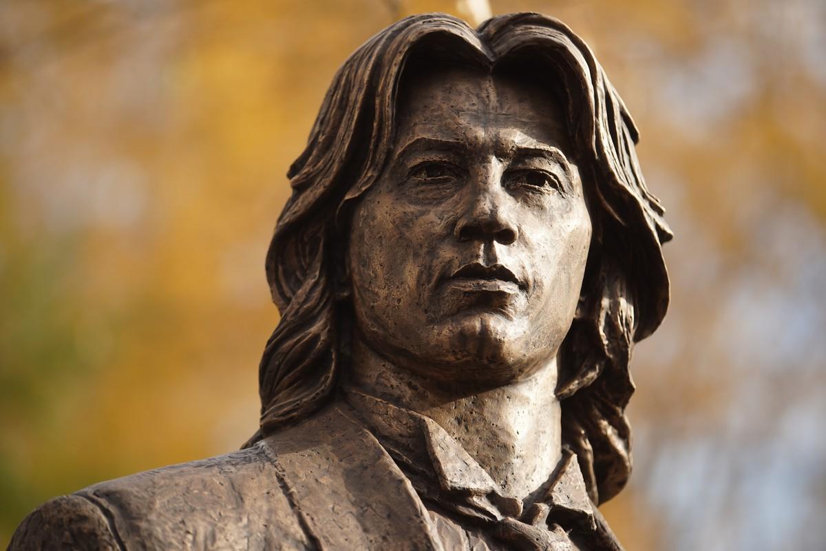 Памятник оперному певцу Дмитрию Хворостовскому в Москве