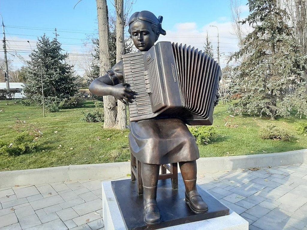 Памятник композитору Александре Пахмутовой изготовлен из бронзы на скульптурном предприятии «Лит Арт». Установлен в Волгограде в 2019 году.