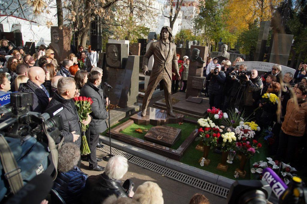 Памятник оперному певцу Дмитрию Хворостовскому изготовлен из бронзы на скульптурном предприятии «Лит Арт». Установлен в Москве в 2019 году.