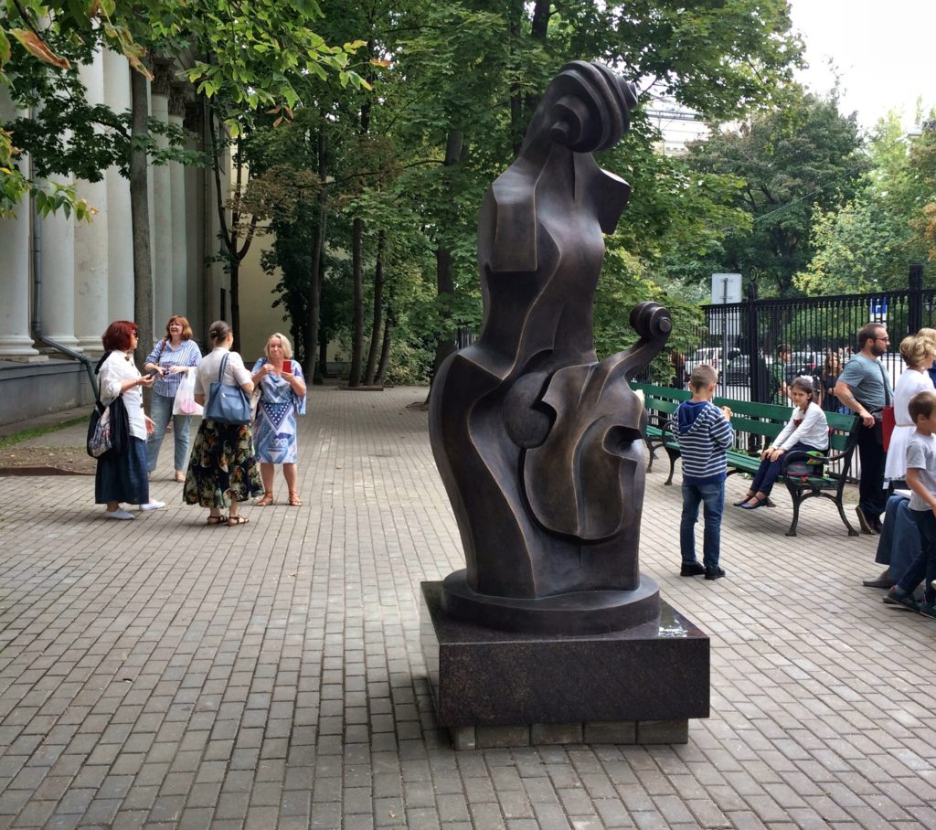 346 Скульптура «Мать и дитя» изготовлена из бронзы на скульптурном предприятии «Лит Арт». Установлена во дворе Академии музыки имени Гнесиных в Москве в 2018 году.