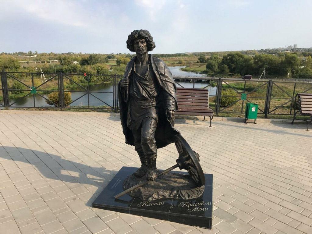 Памятник Касьяну с Красивой мечи изготовлен из бронзы на скульптурном предприятии «Лит Арт». Установлен в Ефремове Тульской области в 2018 году.