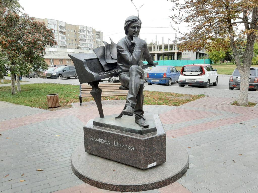 Памятник композитору Альфреду Шнитке изготовлен из бронзы на скульптурном предприятии «Лит Арт». Установлен в Энгельсе в 2018 году.