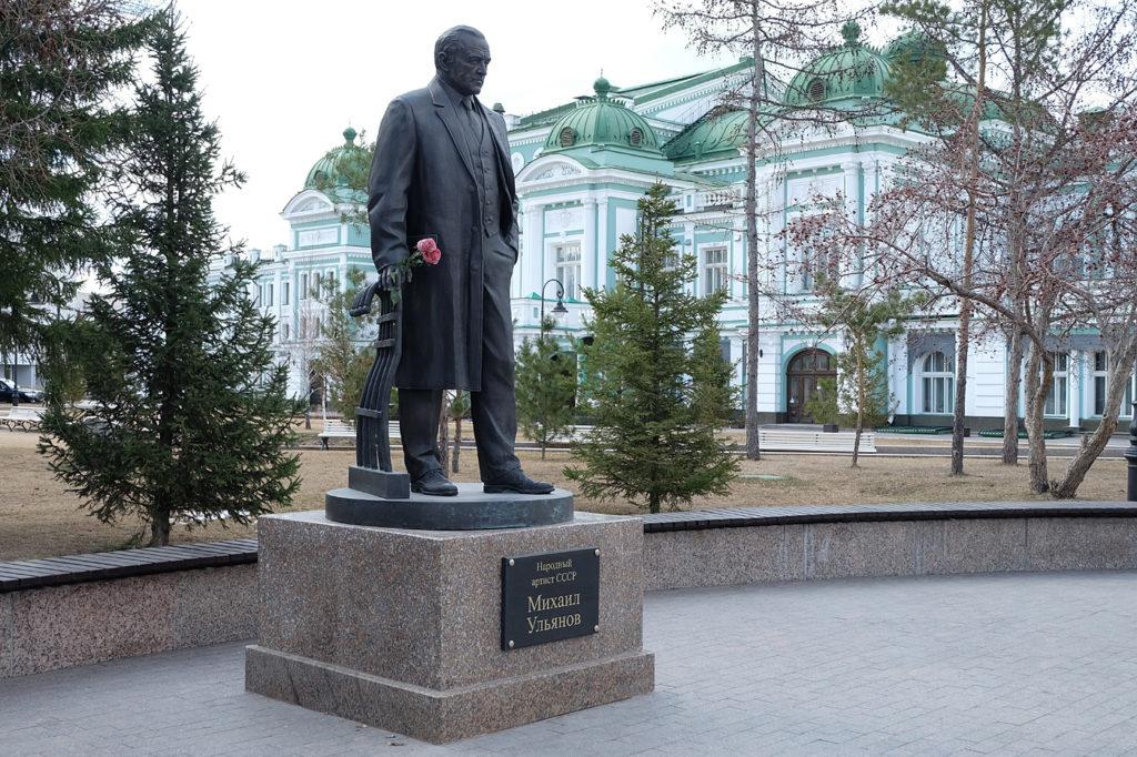 Памятник актеру Михаилу Ульянову изготовлен из бронзы на скульптурном предприятии «Лит Арт». Установлен в Омске в 2018 году.