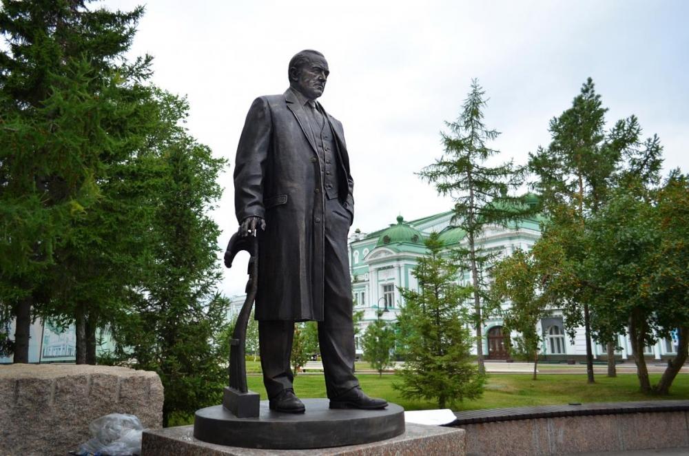 Памятник актеру Михаилу Ульянову в Омске