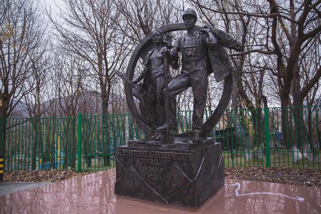 Памятник студенческим отрядам изготовлен из стеклопластика на скульптурном предприятии «Лит Арт». Установлен в Петропавловске-Камчатском в 2018 году.