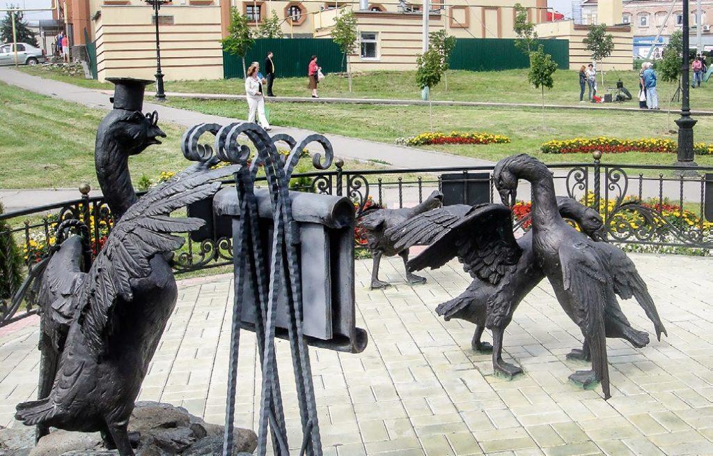 Скульптура Гусиные бои  установлена в Павлово Нижегородской области в 2013 году. Изготовлена из бронзы на скульптурном предприятии «Лит Арт».
