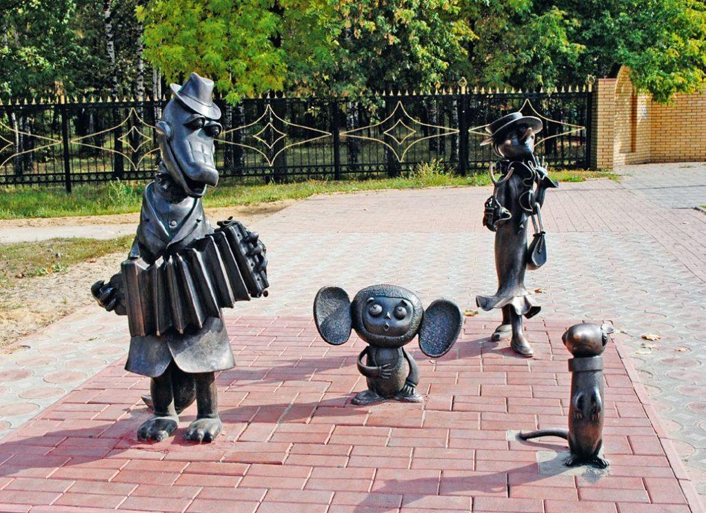 Скульптура «Чебурашка и его друзья» установлена в Раменском Московской области в 2005 году. Изготовлена из бронзы на скульптурном предприятии «Лит Арт».