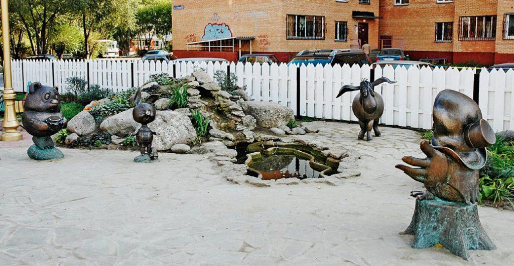 Скульптура «Винни-Пух и все-все-все» установлена в Раменском Московской области в 2005 году. Изготовлена из бронзы на скульптурном предприятии «Лит Арт».