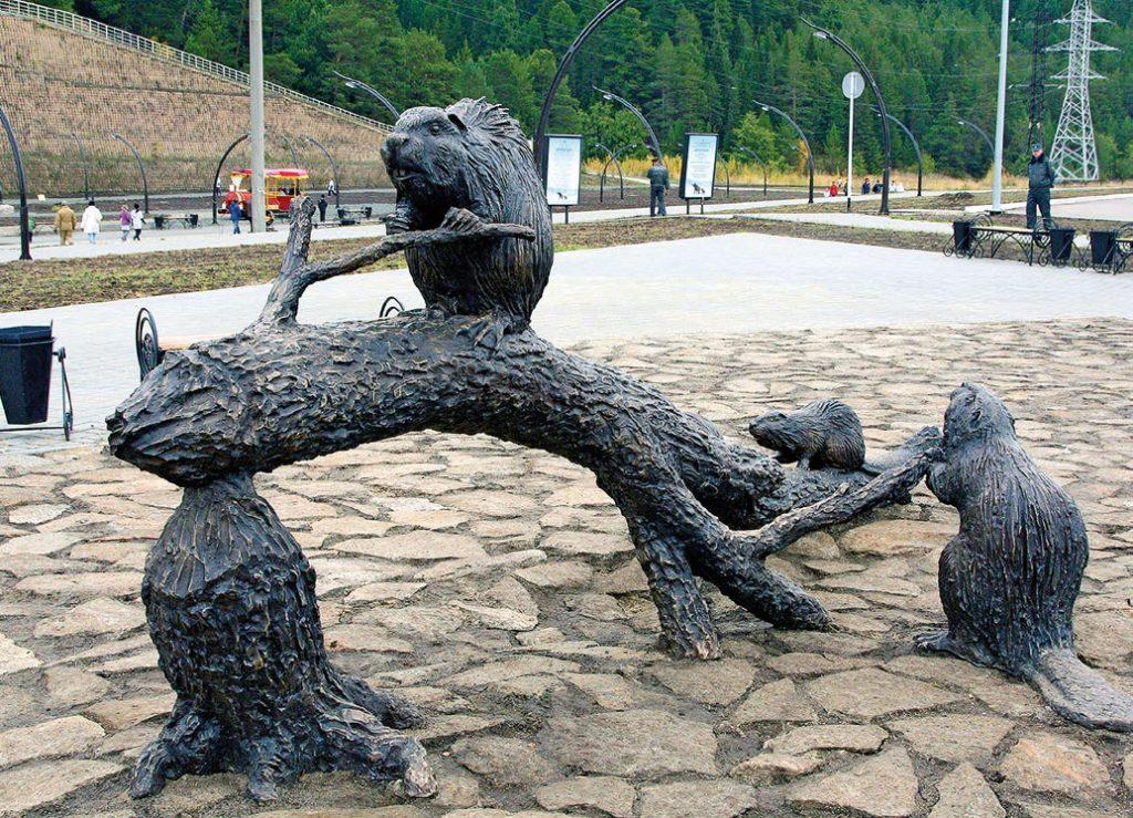 Скульптура «Бобры» установлена в Ханты-Мансийске в 2010 году. Изготовлена из бронзы на скульптурном предприятии «Лит Арт».