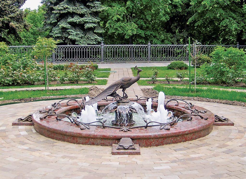 Фонтан «Счастья вольная птица» установлен в Москве в 2008 году. Скульптуры для фонтана изготовлены из бронзы на предприятии «Лит Арт».