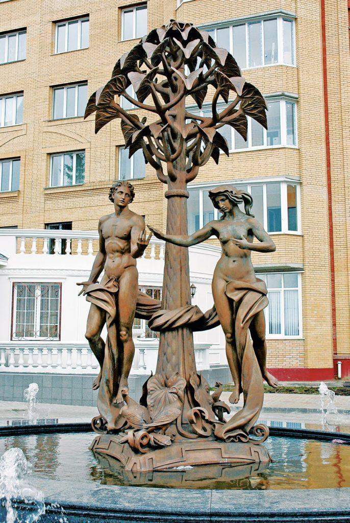 Фонтан «Сотворение мира» установлен в Раменском Московской области в 2006 году. Скульптуры для фонтана изготовлены из бронзы на предприятии «Лит Арт».