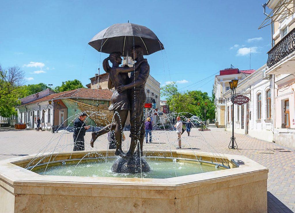 Фонтан «Пара под зонтом» установлен в Феодосии в 2017 году. Скульптуры для фонтана изготовлены из бронзы на предприятии «Лит Арт».