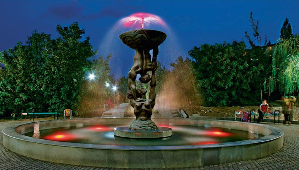 Фонтан «Земля и небо» установлен в Камышине Волгоградской области в 2007 году. Скульптуры для фонтана изготовлены из бронзы на предприятии «Лит Арт».