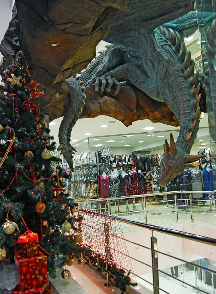 Скульптура «Дракон и три грации» установлена в ТЦ «Галерея Детский мир» в Мурманске в 2009 году. Изготовлена из бронзы на скульптурном предприятии «Лит Арт».