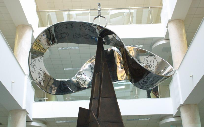 Инсталляция «Связь времен» в МГУ Полномасштабный макет Ленты Мебиуса | Портфолио