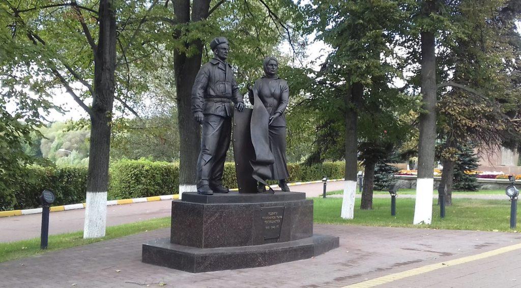 Памятник труженикам тыла изготовлен из бронзы на скульптурном предприятии «Лит Арт». Установлен в Раменском Московской области в 2019 году.