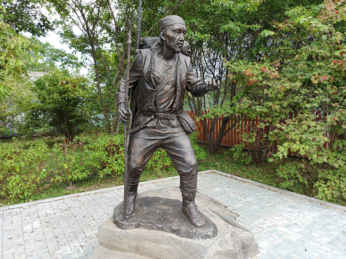 Памятник нанайскому охотнику Дерсу Узала в селе Красный Яр Приморского края